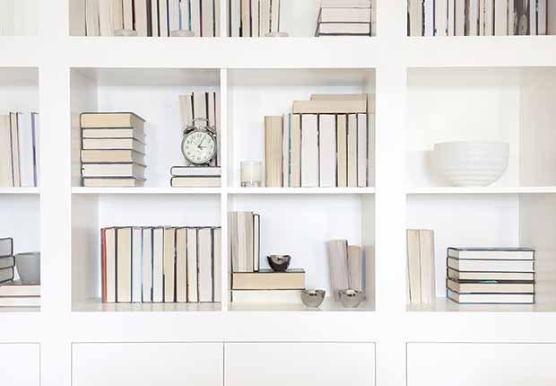 Claves para reflejar el estilo minimalista en tu hogar - Organizador de libros
