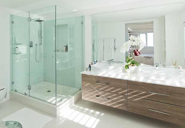 Claves para reflejar el estilo minimalista en tu hogar - Puertas de ducha sin marcos
