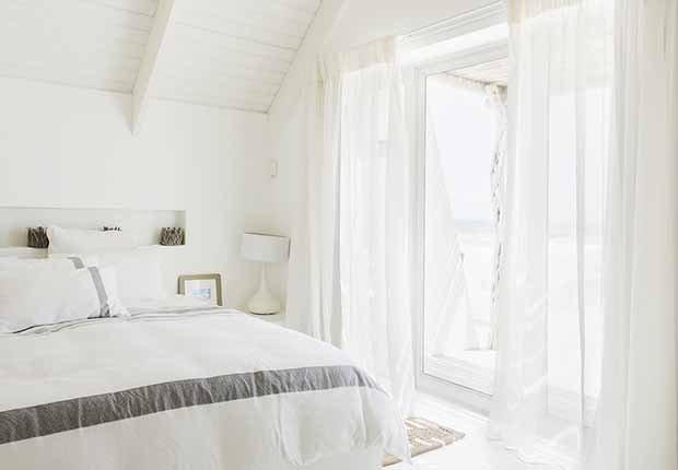 Claves para reflejar el estilo minimalista en tu hogar - Cortinas blancas