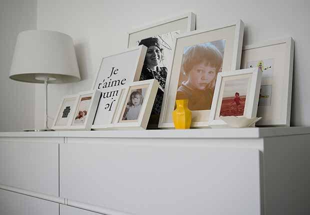 Claves para reflejar el estilo minimalista en tu hogar - Portaretratos de color blanco