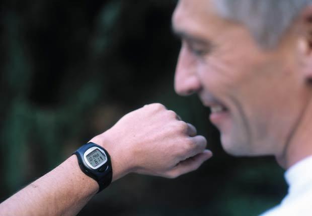Hombre con Pulsómetro reloj, 10 regalos por Día del Padre