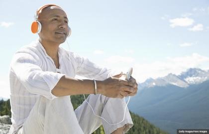 Hombre mayor escuchando música al aire libre