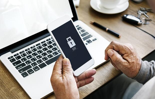 Autenticación en dos pasos para proteger tus datos - Persona sostiene su teléfono móvil