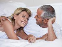 Una pareja abrazándose en su cama - 6 maneras de tener buen sexo