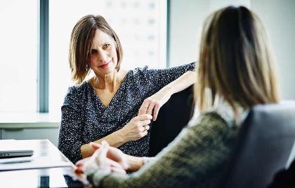 La menopausia es única y distinta en cada mujer - Dos mujeres conversando