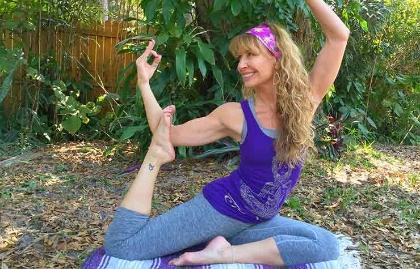 Mujer haciendo yoga - 4 tipos de yoga que puedes comenzar después de los 50