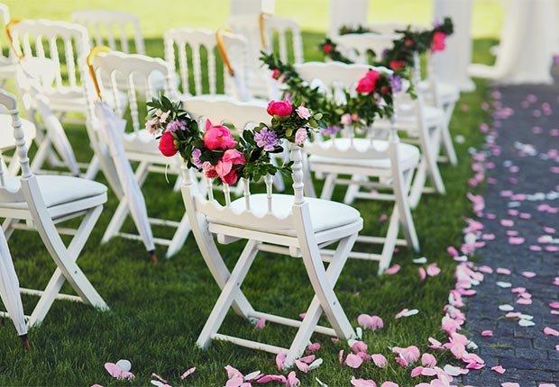 Decoración que hará cualquier boda inolvidable - Guirnaldas florales adornan las silas de una boda
