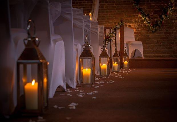 Decoración que hará cualquier boda inolvidable - Faroles alumbrabdo el camino de los novios