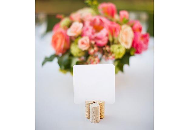 Decoración que hará cualquier boda inolvidable - Corchos de vino usados para soportar tarjetas sobre la mesa