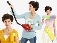 Una mujer con utencilios de limpieza