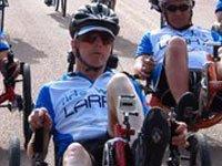 Larry Smith en una bicicleta reclinada.