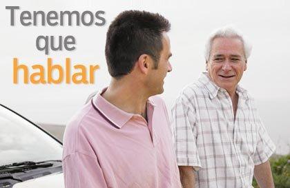 Hombre mayor y hijo adulto sentado sobre un coche - Campaña de AARP - Tenemos que hablar