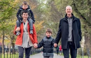 Un hombre y una mujer van a dar un paseo con sus dos hijos pequeños.