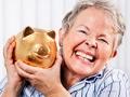 Mujer adulta con una alcancia en las manos, Columna de Chatzky sobre felicidad y finanzas
