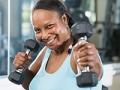 Mujer madura ejercitándose en un gimnasio