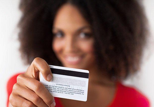 Mujer con una tarjeta de credito - Sácale provecho a tu cumpleaños y a tu edad