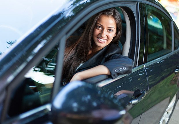 Mujer conduciendo - Sácale provecho a tu cumpleaños y a tu edad