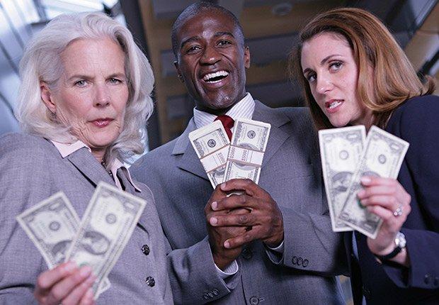 Un hombre y dos mujeres sosteniendo dinero - Sácale provecho a tu cumpleaños y a tu edad