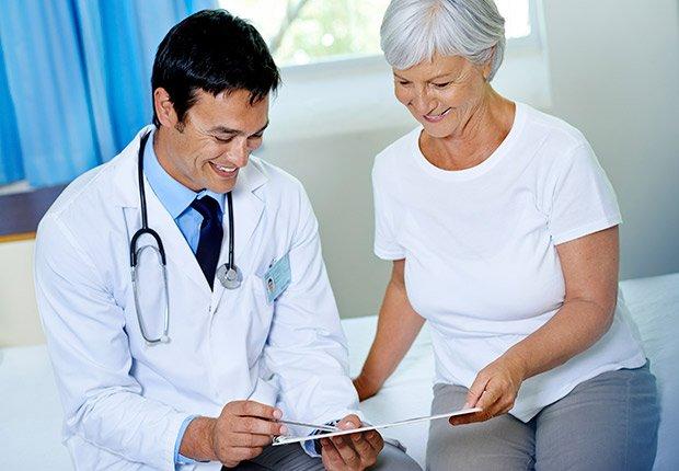 Paciente con su doctor - Sácale provecho a tu cumpleaños y a tu edad