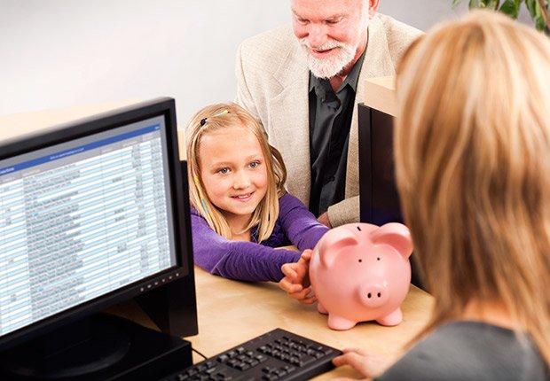 Familia en un banco con una alcancia - Sácale provecho a tu cumpleaños y a tu edad