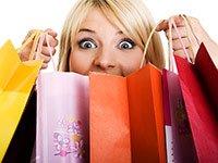Mujer con bolsas de compra en la mano - Las mejoras ofertas que no ocurren en días feriados.