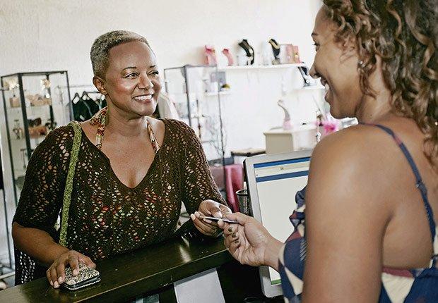 Mujer comprando accesorios - Descuentos para personas mayores - Ahorros