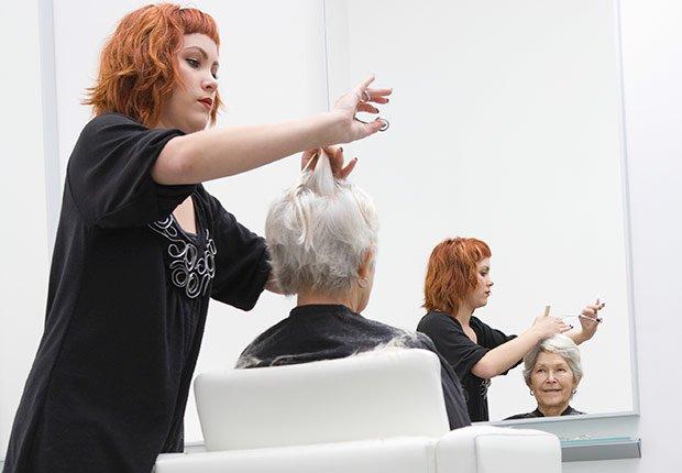 Mujeres en un salón de belleza - Descuentos para personas mayores - Ahorros