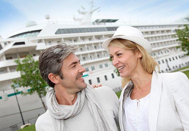 Pareja frente a un barco de crucero - Descuentos para personas mayores - Ahorros