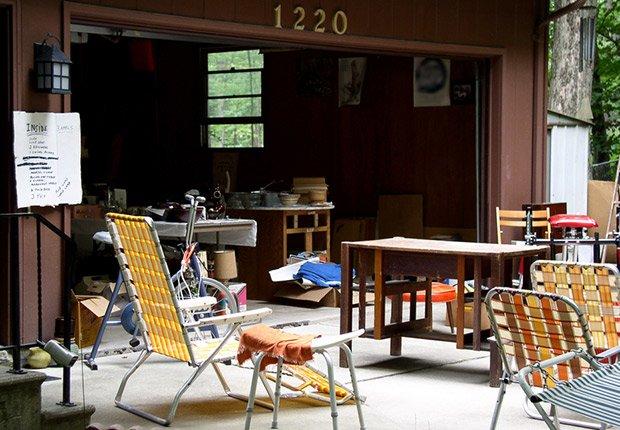 Artículos variados en venta de garage