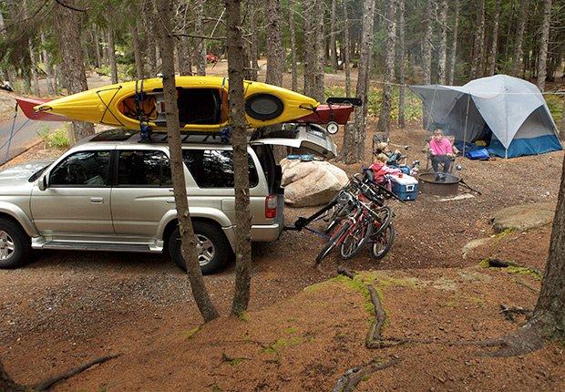 Familia en una zona de campamento - Cosas que deberías rentar y no comprar