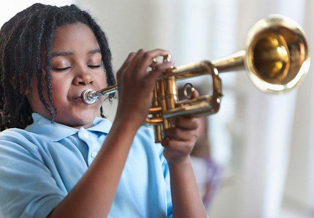 Niño tocando una trompeta - Cosas que deberías rentar y no comprar