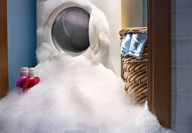 Lavadora botando jabón - Evita reparaciones costosas en el hogar