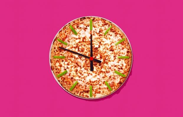 Una pizza que asimila la forma de un reloj para indicar las formas que en puedes ahorrar dinero