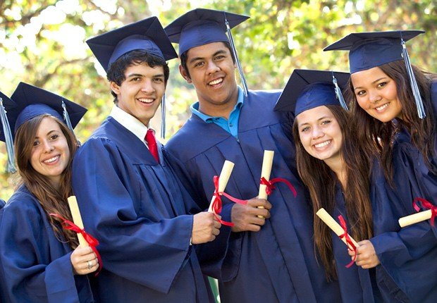 Graduados con su vestidos y diplomas en la mano - 8 Gastos ocultos universitarios