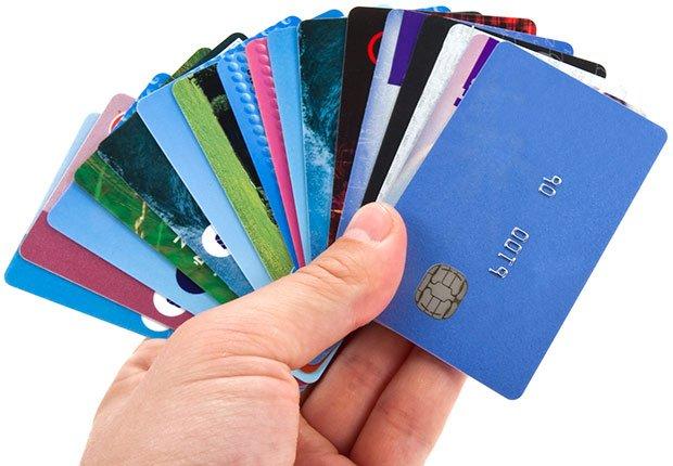 Mano aguantando varias tarjetas de crédito - Consejos para mejorar tu crédito