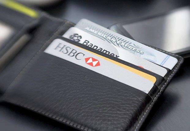 Varias tarjetas en una billetera - Consejos para mejorar tu crédito