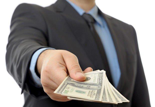 Hombre con dinero en la mano, Turbo carge su 401(k)