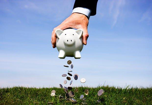 Alcancía con dinero saliendo de ella - Recargue su 401(k)