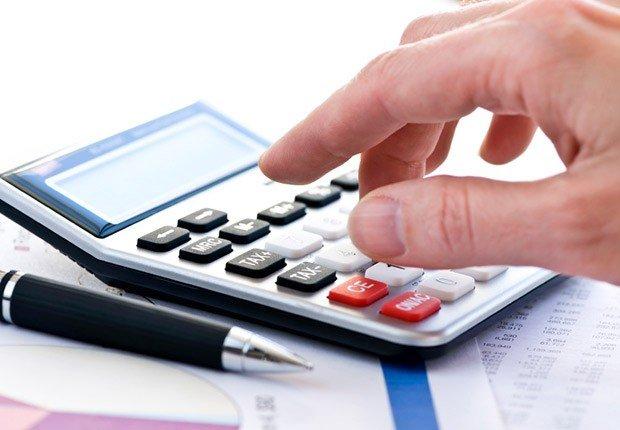 Mano de un hombre con una calculadora - Movimientos malos de dinero