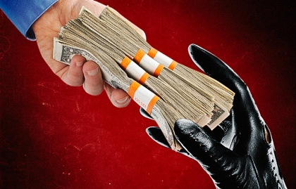 Fajos de dólares en entre dos manos - Tácticas de inversión engañosas