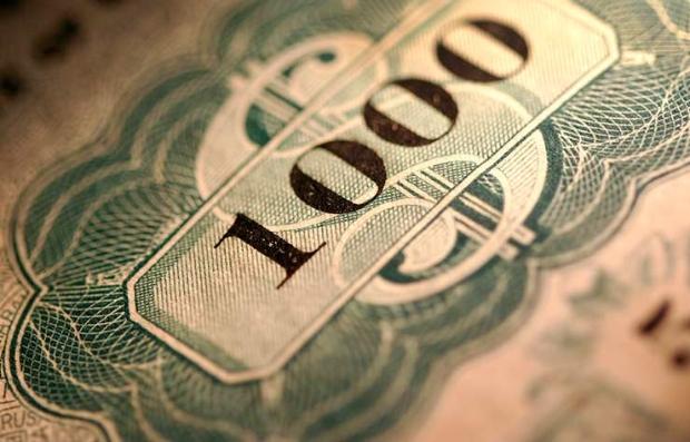 Fondo de un billete de dólar con el número mil encima - Evita los fondos de bonos arriesgados