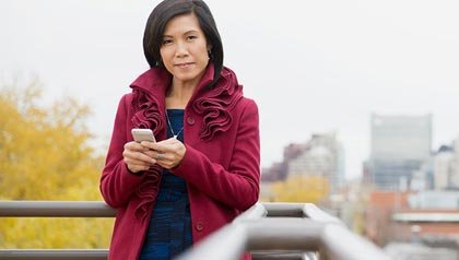 Mujer en una azote - Cambiar su compañía de teléfono celular