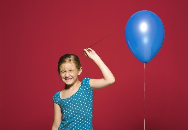 Una niña se apresta a reventar un globo, Es malo avalar préstamos globo
