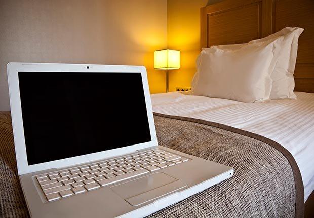 Computador en una habitación de hotel - 10 errores que se deben evitar en sus vacaciones