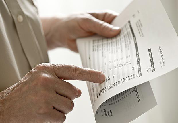 Hombre mirando su cuenta bancaria - 10 errores que se deben evitar en sus vacaciones