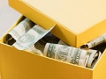 Caja amarilla llena de dinero. Formas de ahorro que probablemente usted no esta aprovechando.