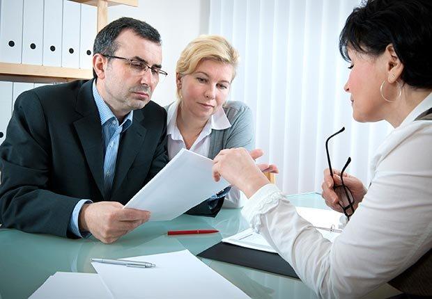 Evita el fraude de impuestos - Un preparador de impuestos ayuda a una pareja
