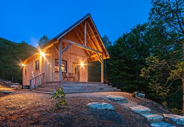 Amanecer Luminoso en un retiro cabaña rústica en las montañas Blue Ridge de Carolina del Norte, cerca de las Montañas Humeantes.