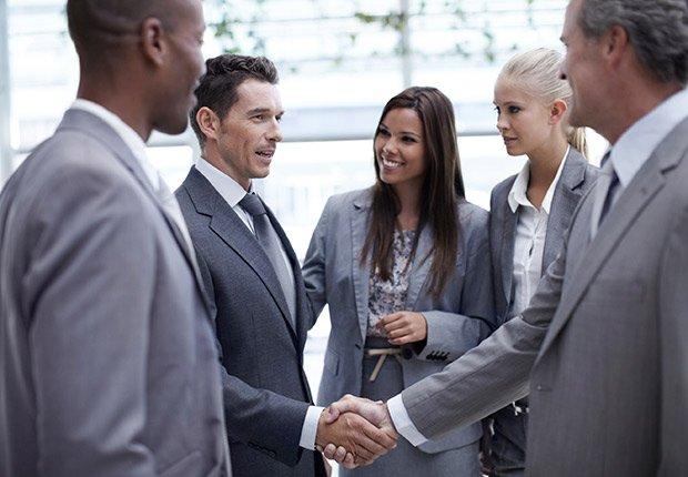 Personas saludándose - Deducción de impuestos, gastos búsqueda de trabajo