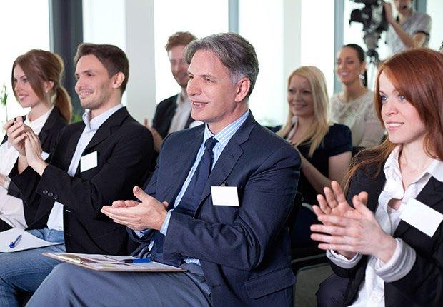 Personas en una conferencia - Deducción de impuestos, gastos búsqueda de trabajo